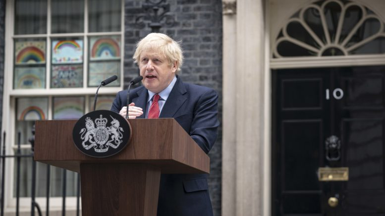 Boris Johnson taler utenfor Downing Street 10. Foto
