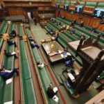 Underhuset under spørretimen. Få representanter til stede pga koronatiltak.