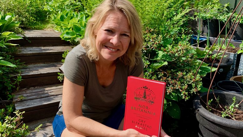 Gry Blekastad Almås holder opp sin bok Norbritannia.Foto