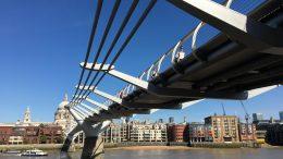 Bro over Themsen. Foto