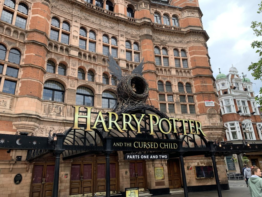 Ekstriørbilde av teater i London som spiller Harry Potter-forestilling. Foto