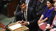 Finansminister Rishi Sunak på talestolen i Parlamentet