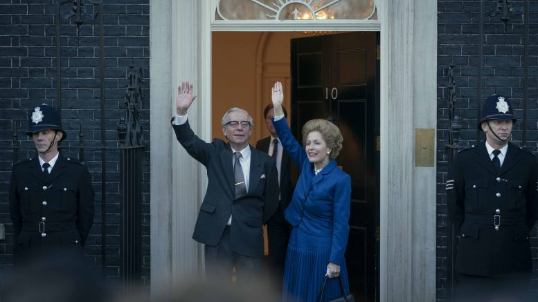 Rollebilde av Margaret Thatcher og mannen Denis utenfor Downing Street, fra sesong 4 av The Crown