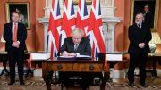 Boris Johnson signerer brexitavtalen