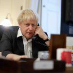 Boris Johnson snakker i telefon. Foto