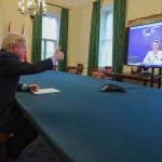 Boris Johnson snakker med EU-kommisjonens president Ursula von der Leyen via video link . Foto