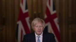 Boris Johnson med britisk flagg i bakgrunnen. Foto