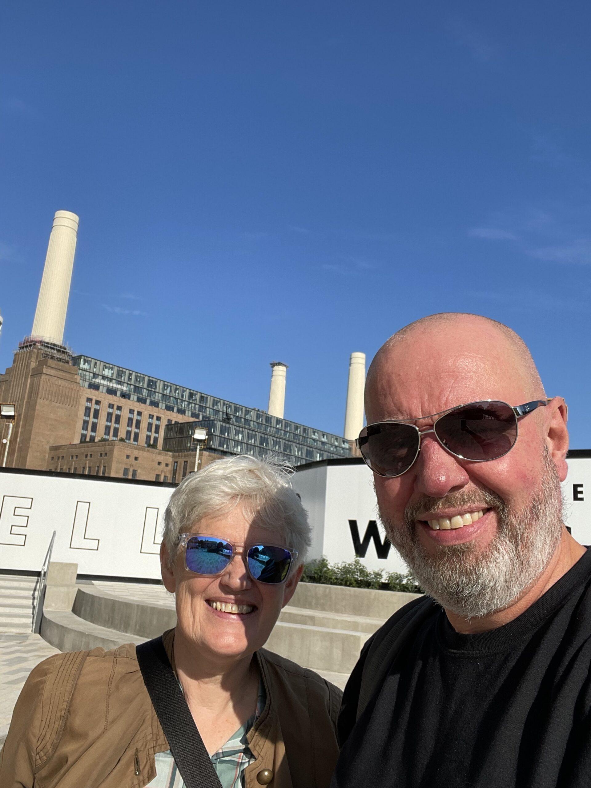 To redaktører utenfor Battersea Power Station